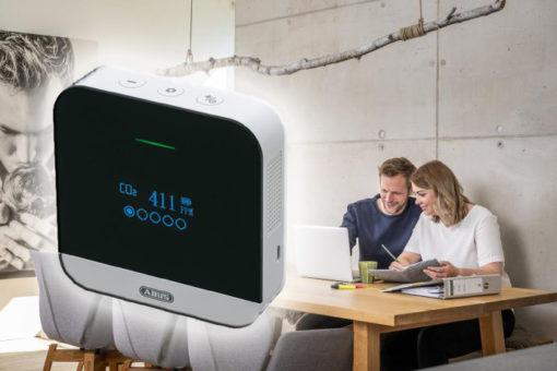 Dicke Luft im Raum? Der smarte CO2-Melder AirSecure von ABUS weist zum richtigen Zeitpunkt darauf hin